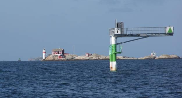 ... och kommit upp till Varholmen har vinden vridit något men samtidigt  ökat så det känns härligt att kunna hissa segel och glida upp genom Kalvsund . c6ef930758119